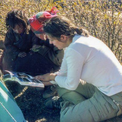 Die Nomadenmädchen waren sehr neugierig auf die Bilder im Reiseführer