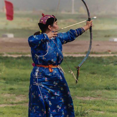 Bogenschützin am Nadaam Fest